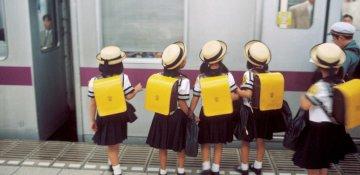 Tokioda kiçik yaşlı uşaqlar metroyla tək gedir