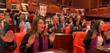 """Türkiyəli qadın millət vəkillərindən Məclisdə """"Las Tesis"""" protesti - VIDEO"""